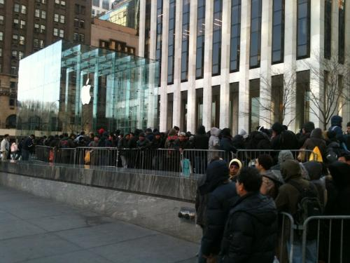 iPad 2 line @ New York Apple Store, Fifith Avenue, Manhattan